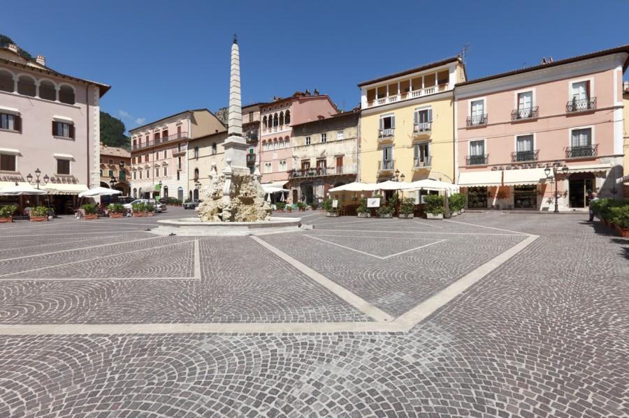 Tagliacozzo piazza obelisco abruzzo