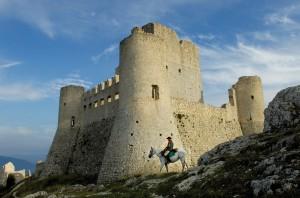 Rocca Calascio con cavallo