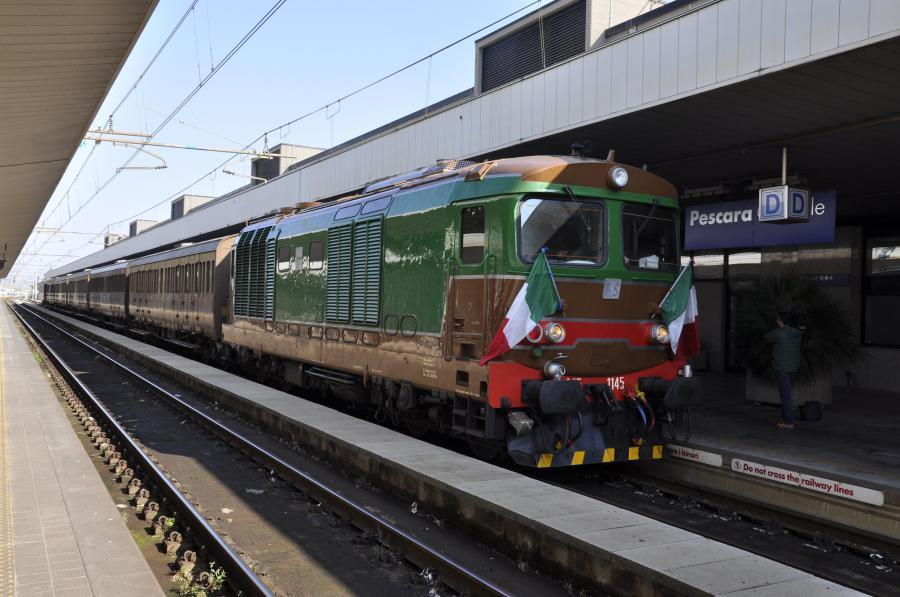 Il treno storico con il locomotre D 445 alla stazione centrale di Pescara (ph. Ivan Masciovecchio)