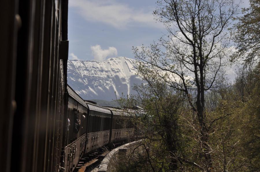 In viaggio verso la stazione di Campo di Giove con la Maiella sullo sfondo (ph. Ivan Masciovecchio)