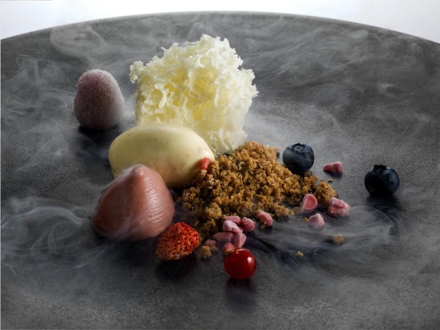 Spugna allo yogurt su frutti rossi con gelato ai pinoli salati