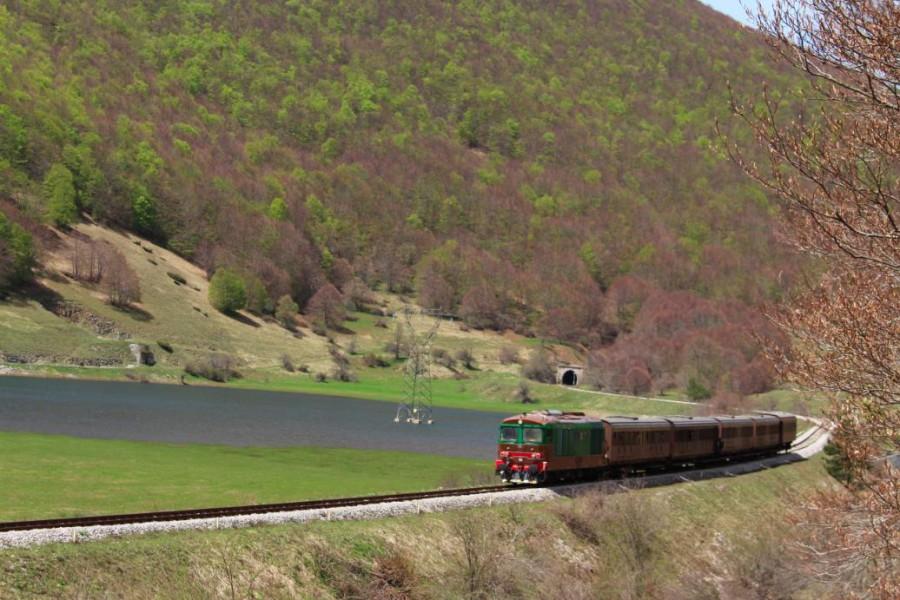 Treno in transito al Quarto Santa Chiara nei pressi della stazione di Palena (ph. Andrea Di Gregorio)