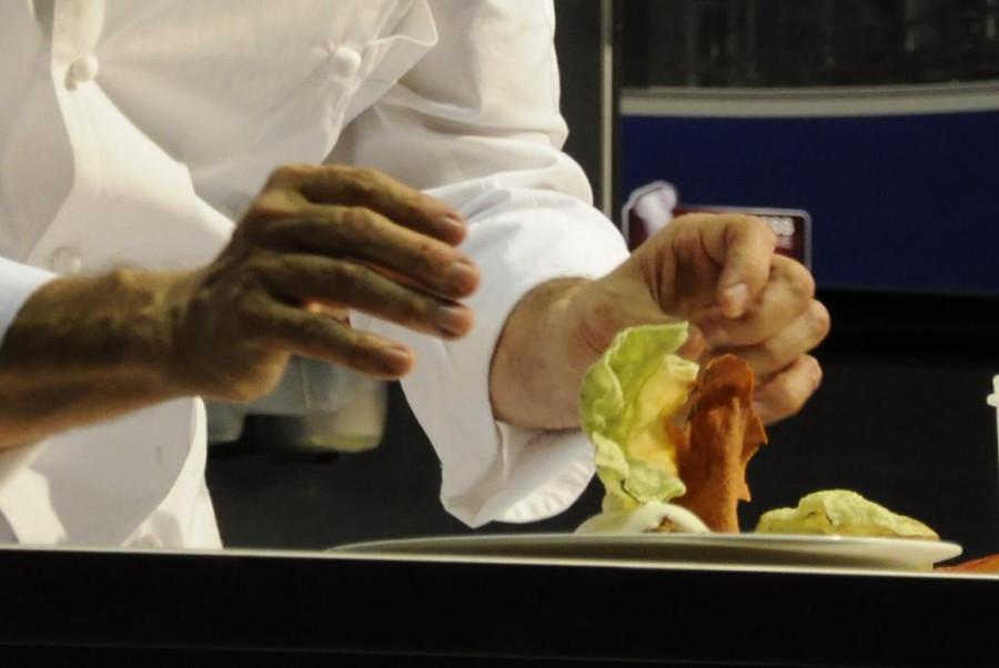 La parte croccante di una lasagna preparata da Massimo Bottura sul palco del MEETinCUCINA 2016