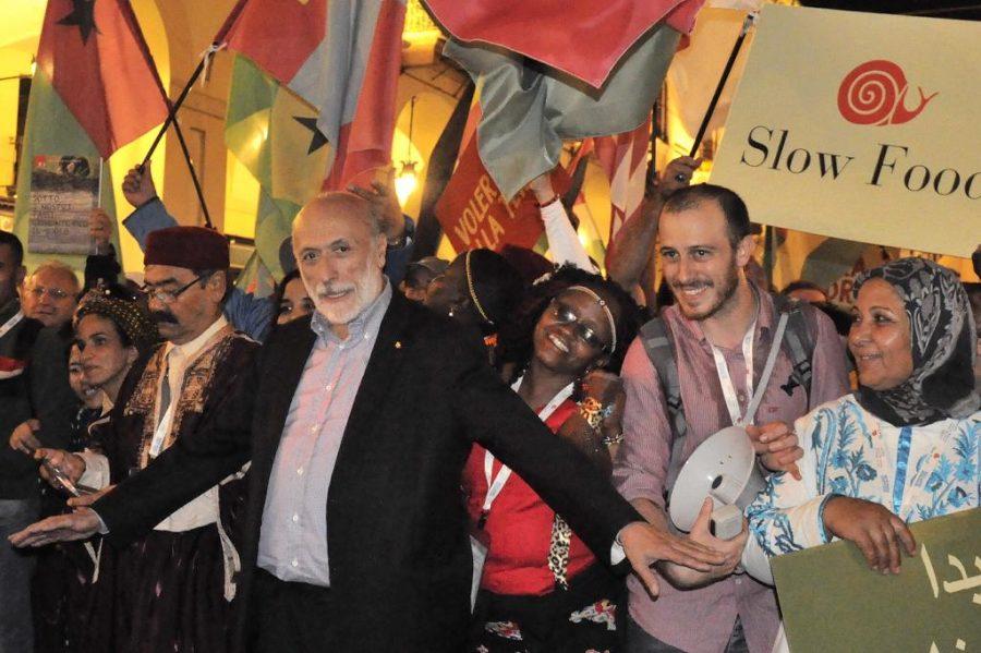 Carlo Petrini alla testa della Terra Madre Parade
