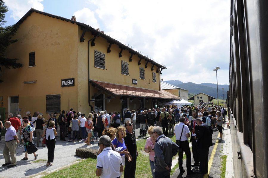 Viaggiatori in sosta alla stazione di Palena (ph. Ivan Masciovecchio)