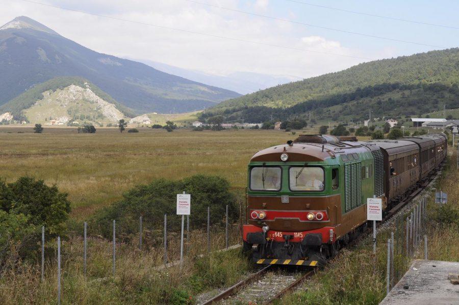 Treno storico in transito nel Quarto S. Chiara. Sullo sfondo la stazione di Palena (ph. Ivan Masciovecchio)