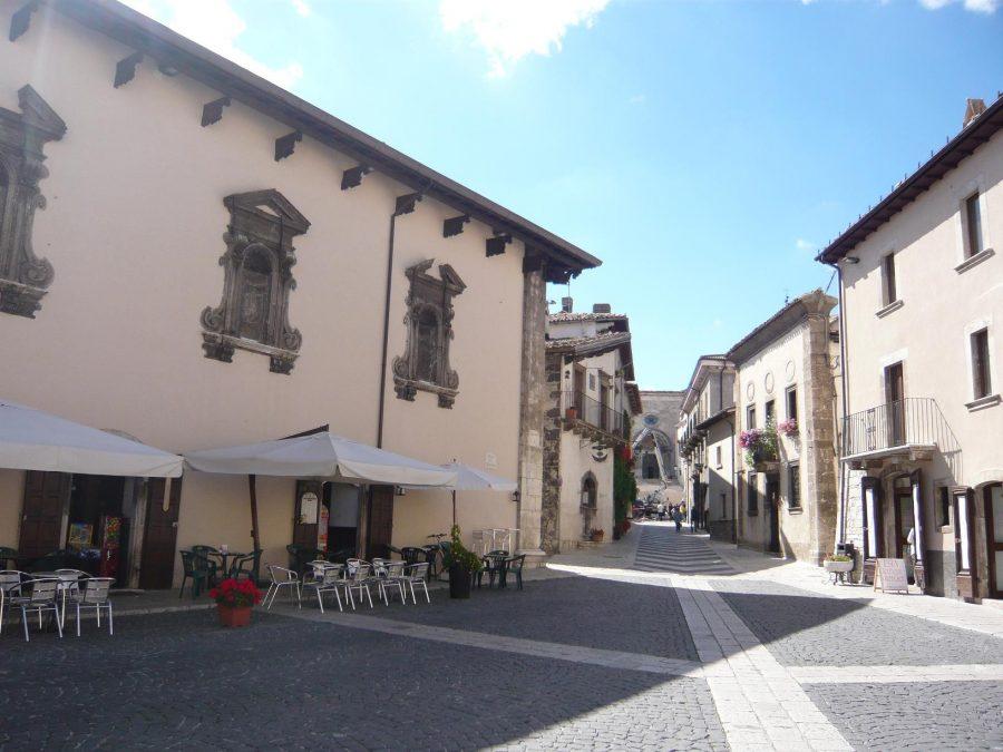 Largo della Collegiata: sulla sinistra Palazzo Fanzago e sullo sfondo la basilica di S. Maria del Colle (ph. Ivan Masciovecchio)