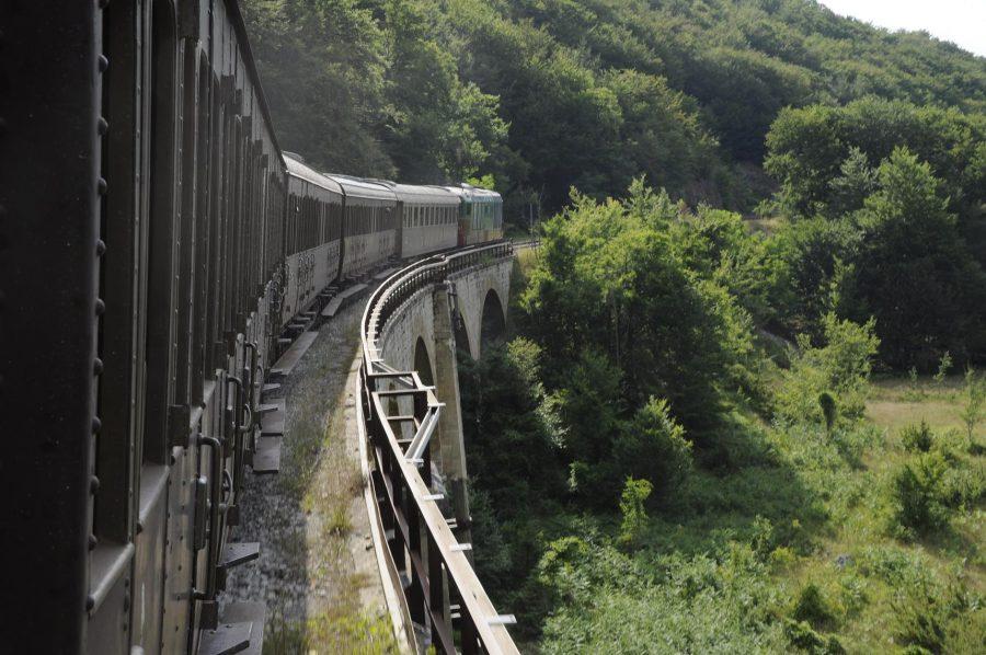 Treno storico in transito su uno dei numerosi viadotti della Transiberiana d'Italia (ph. Ivan Masciovecchio)