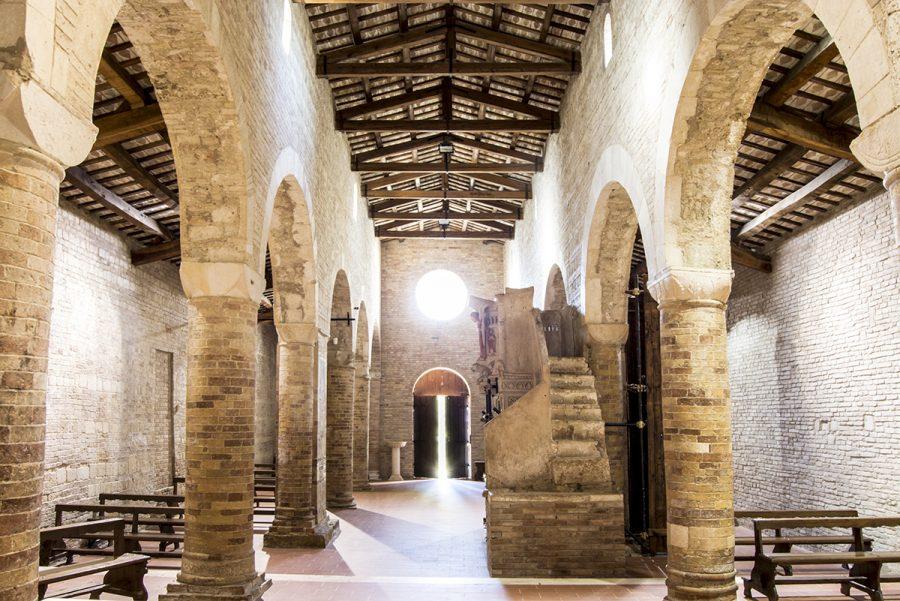 Interno della chiesa di S. Maria del Lago a Moscufo (ph. sito Camminata tra gli olivi)