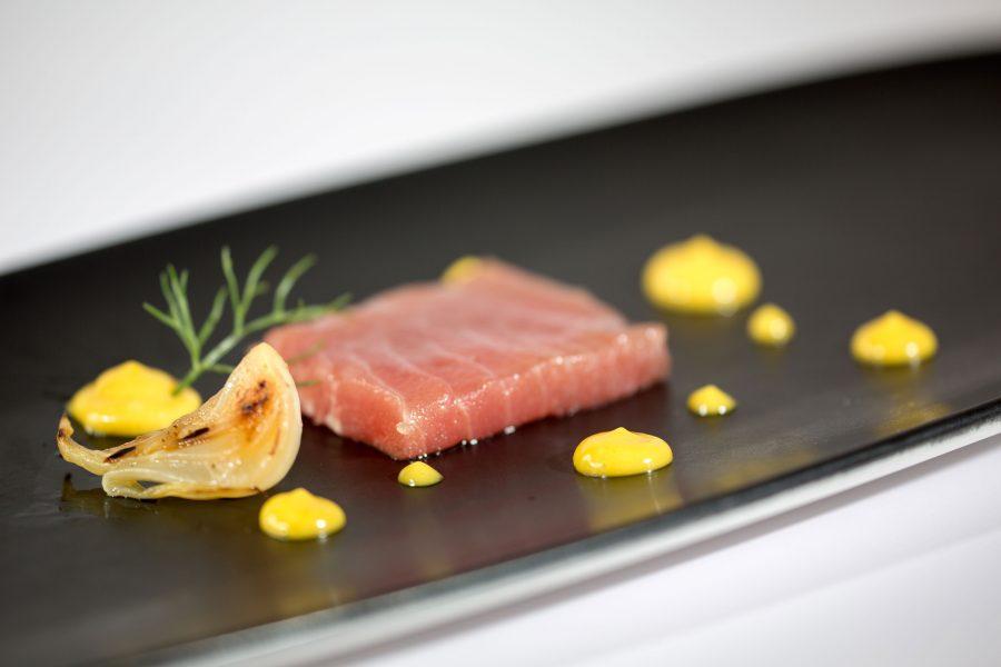 Tonno marinato alla soia, maionese al wasabi e cipollotto al coppo (ph. archivio sito D.one)
