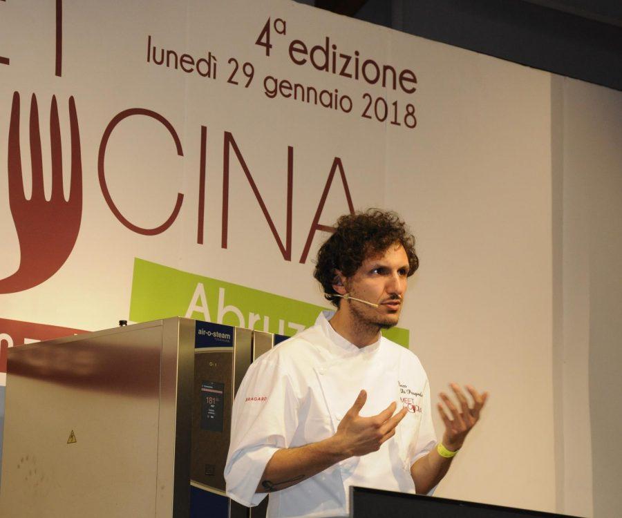 Enzo Di Pasquale al timone del Bistrot 900 a Giulianova Lido (ph. Ivan Masciovecchio)