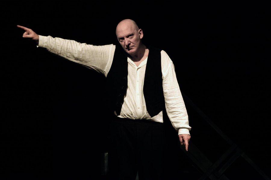 """Edoarto Oliva in scena con """"Caprò"""" (ph. sito teatroimmediato.it)"""