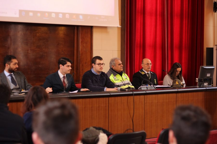 da sinistra: Fabio Masci, Valentino Sticchiotti, Giancarlo Sagazio, Gregorio Totaro e studenti