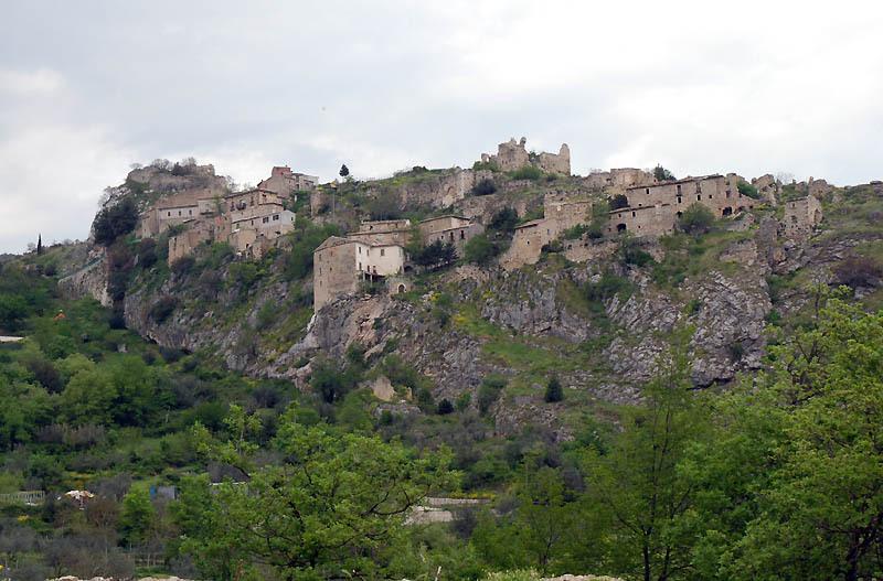 Veduta di Pescosansonesco vecchia (ph. sito Ostello Petra)