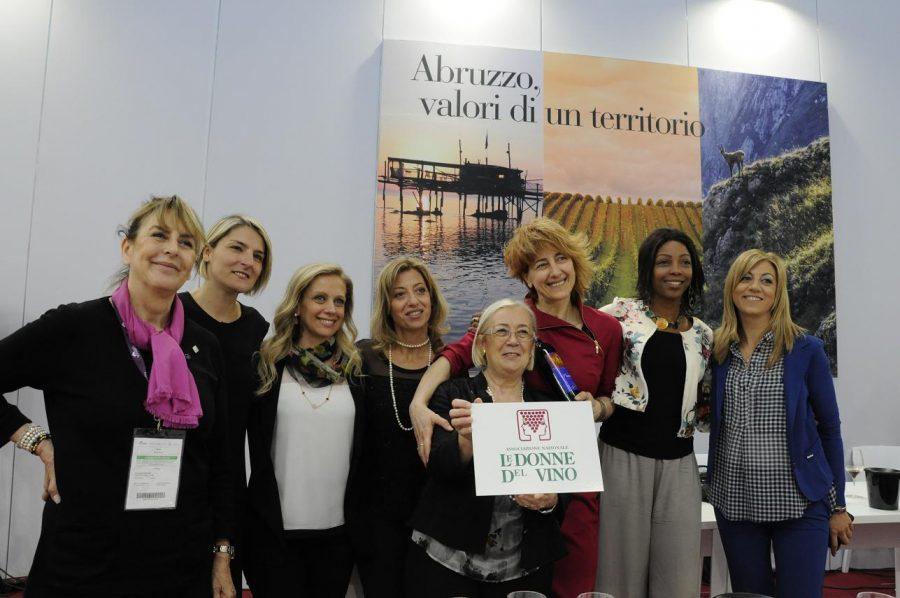 Le Donne del Vino d'Abruzzo con Donatella Cinelli Colombini, presidente nazionale, al Vinitaly 2016. Donatella Briosi è la prima da sinistra (ph. Ivan Masciovecchio)