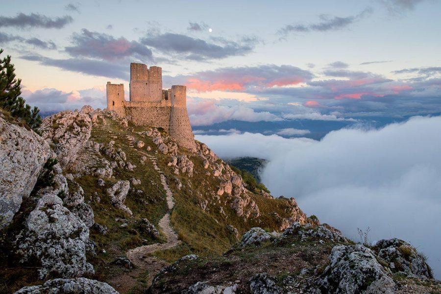 Rocca Calascio e sullo sfondo la Piana di Navelli ricoperta da un manto di nubi.