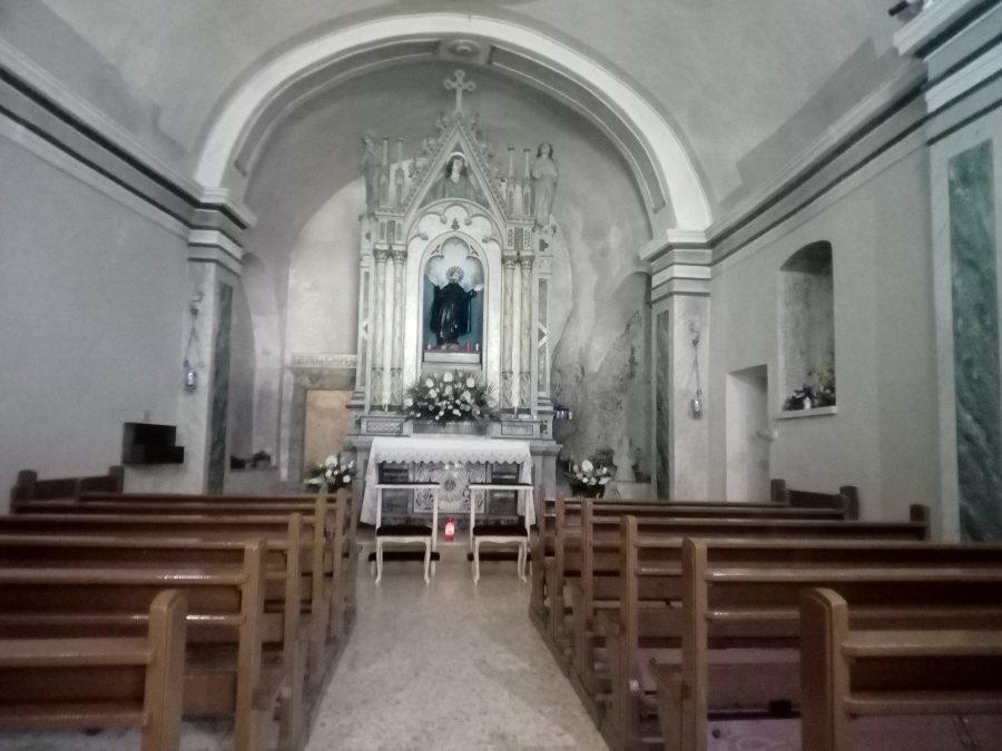 Interno della piccola chiesa dell'Eremo.