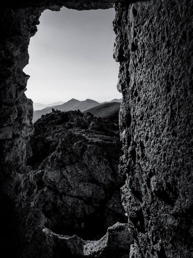 vista sulle montagne di Campo Imperatore dall'interno di Rocca Calascio.
