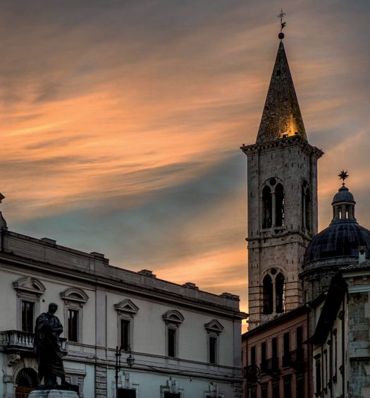 Piazza XX Settembre con la statua di Ovidio e sullo sfondo il campanile dell'Annunziata. (ph.: Luca Del Monaco)
