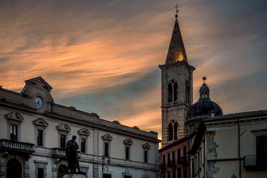 Piazza XX Settembre con la statua di Ovidio e sullo sfondo il campanile dell'Annunziata. (ph. Luca Del Monaco)