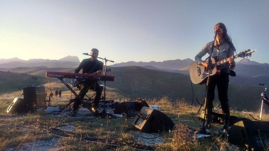 Cristina Donà e Saverio Lanza in concerto sullo sfondo del Gran Sasso d'Italia (ph. Ivan Masciovecchio)