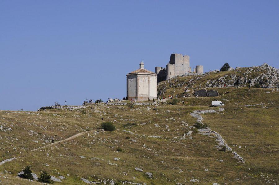 Rocca Calascio e la Chiesa di Santa Maria della Pietà (ph. Ivan Masciovecchio)