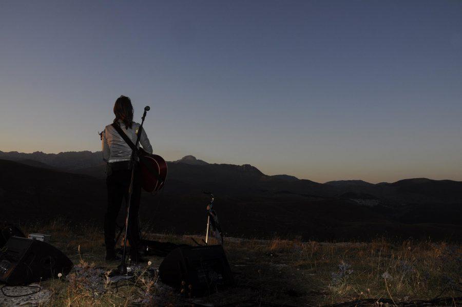 Cristina Donà immersa nel paesaggio sonoro delle montagne abruzzesi (ph. Ivan Masciovecchio)