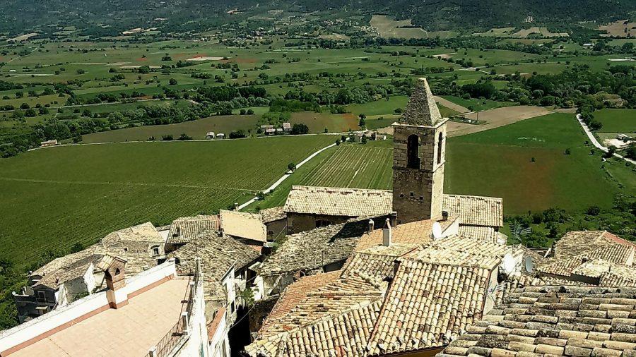 Veduta dal Castello Piccolomini sui vigneti della Valle del Tirino (ph. Ivan Masciovecchio)