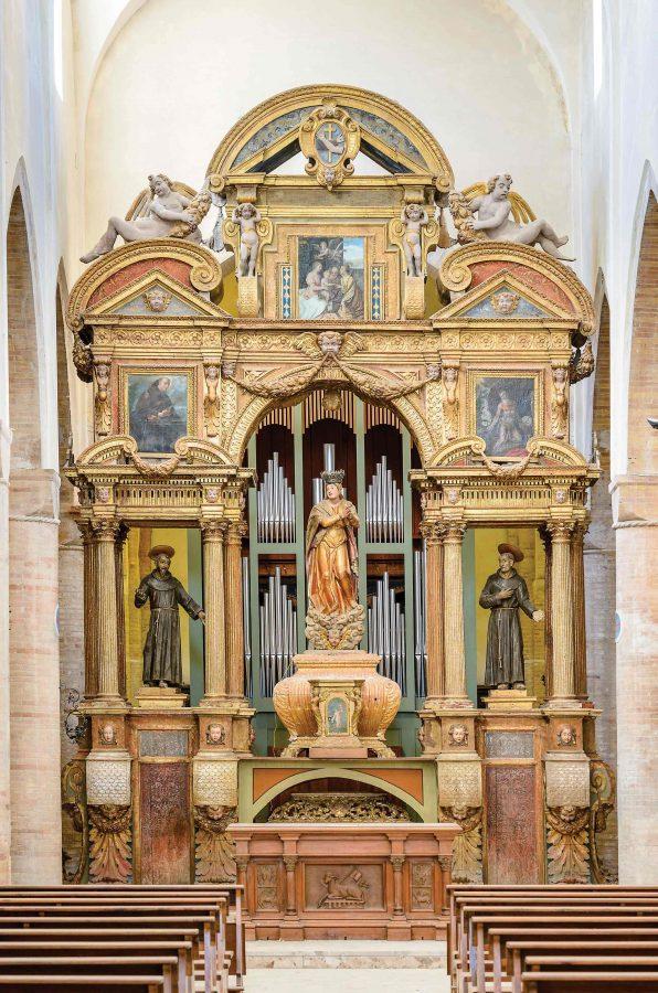 altare maggiore ricoperto di oro zecchino, al centro Santa Maria Assunta in Cielo