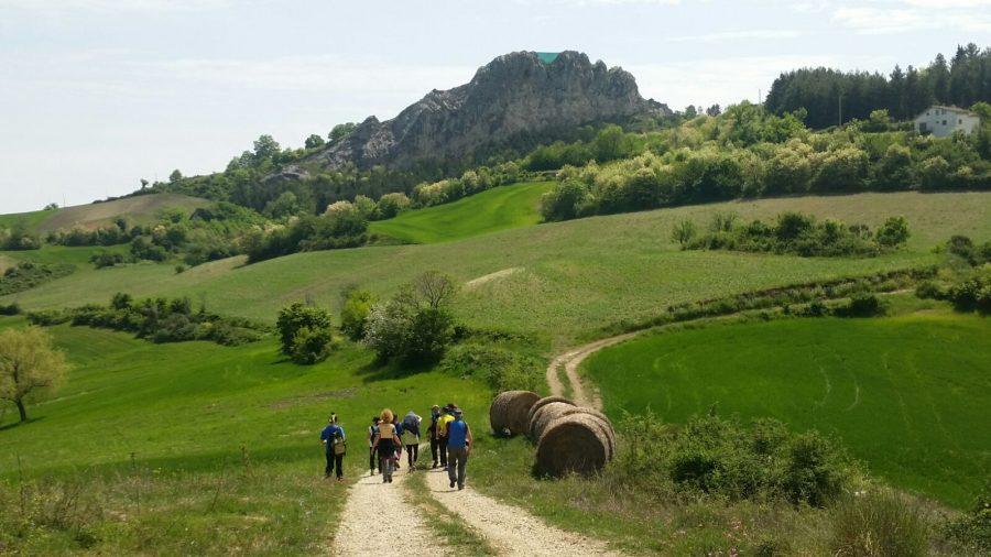 Escursionisti in cammino nella zona di Gessopalena. In alto è visibile La Morgia (ph. archivio Terracoste)