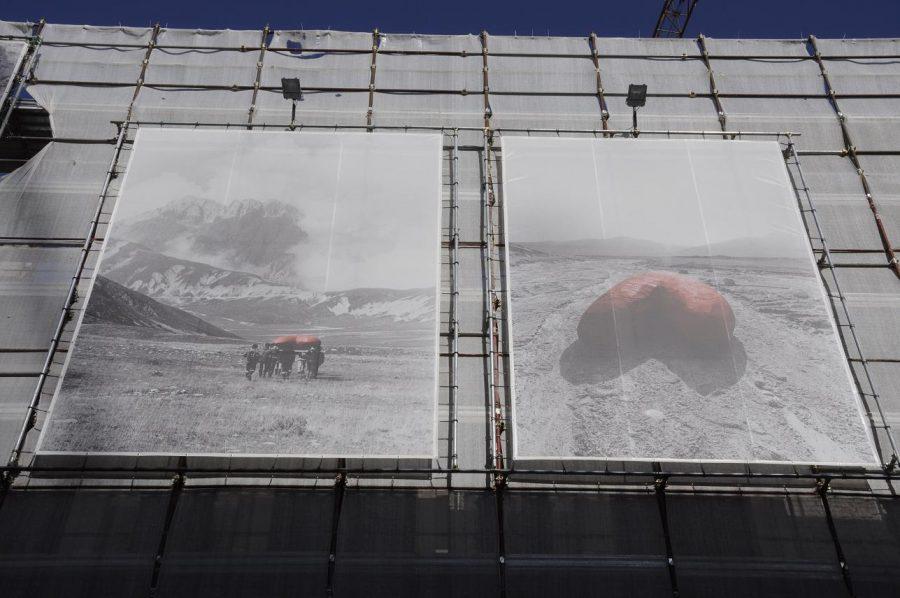 Pannelli con alcune foto di scena appesi a L'Aquila nel 2016 (ph. Ivan Masciovecchio)