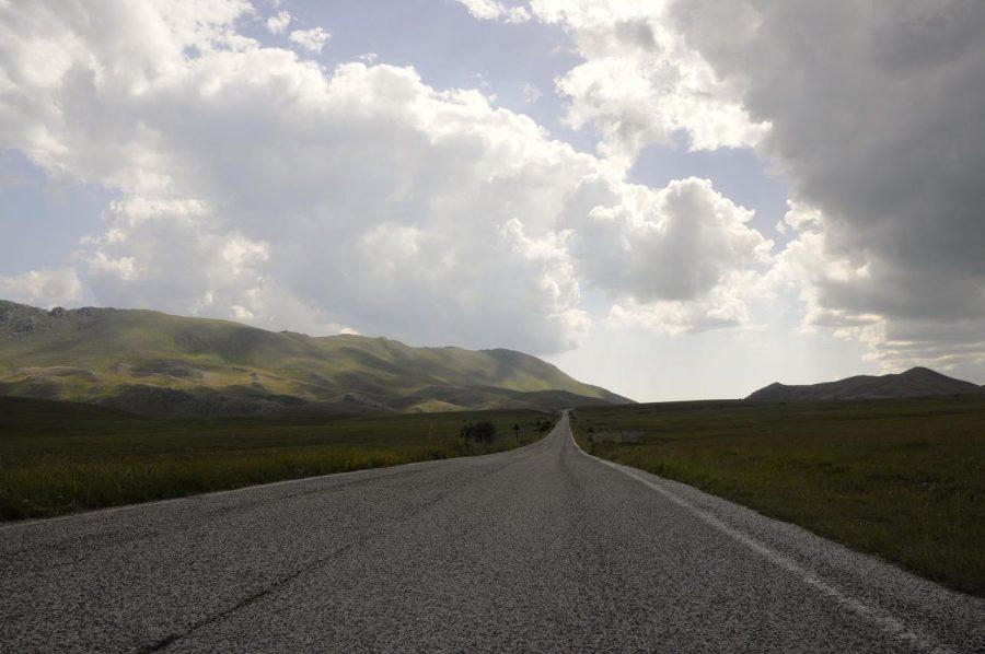 La strada nella piana di Campo Imperatore (ph. Ivan Masciovecchio)