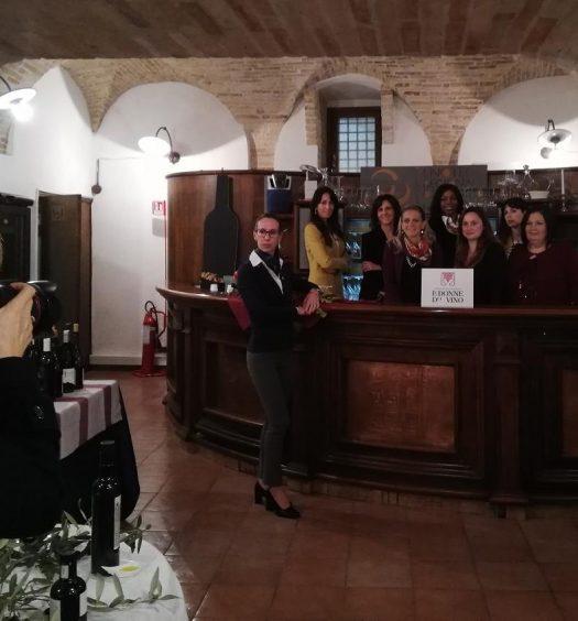 Le Donne del Vino d'Abruzzo in posa per la realizzazione del calendario