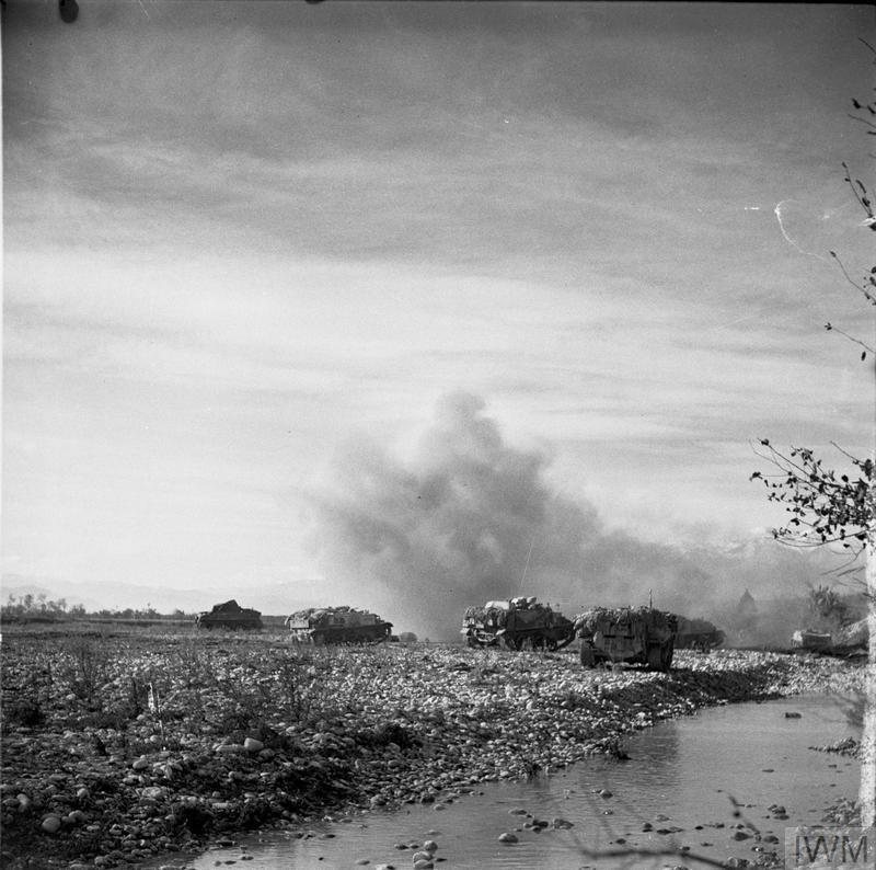Colpi di mortaio esplodono vicino una colonna di blindati dell'esercito alleato lungo le sponde del Sangro (ph. © IWM (NA 9175)