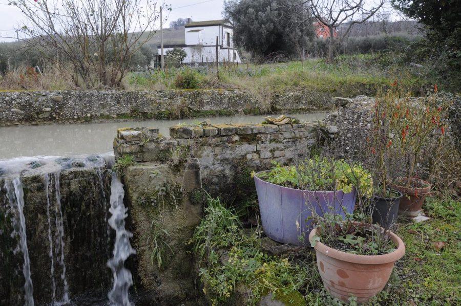 Il muretto del canale ricostruito dopo i bombardamenti (ph. Ivan Masciovecchio)
