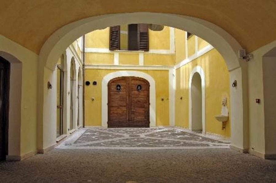 Cortile di Palazzo Zambra a Chieti (ph. sito beniculturali.it)