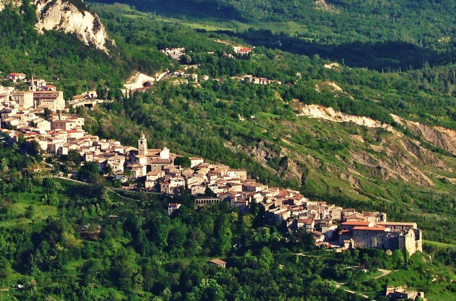 Panorama di Caramanico Terme. L'edificio in basso sulla destra è l'ex Convento delle Clarisse (ph.  Majambiente)