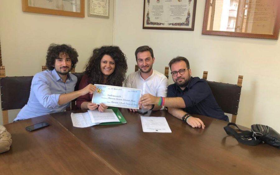 La presidente dell'associazione Elena Di Tommaso consegna i fondi raccolti nella precedente edizione