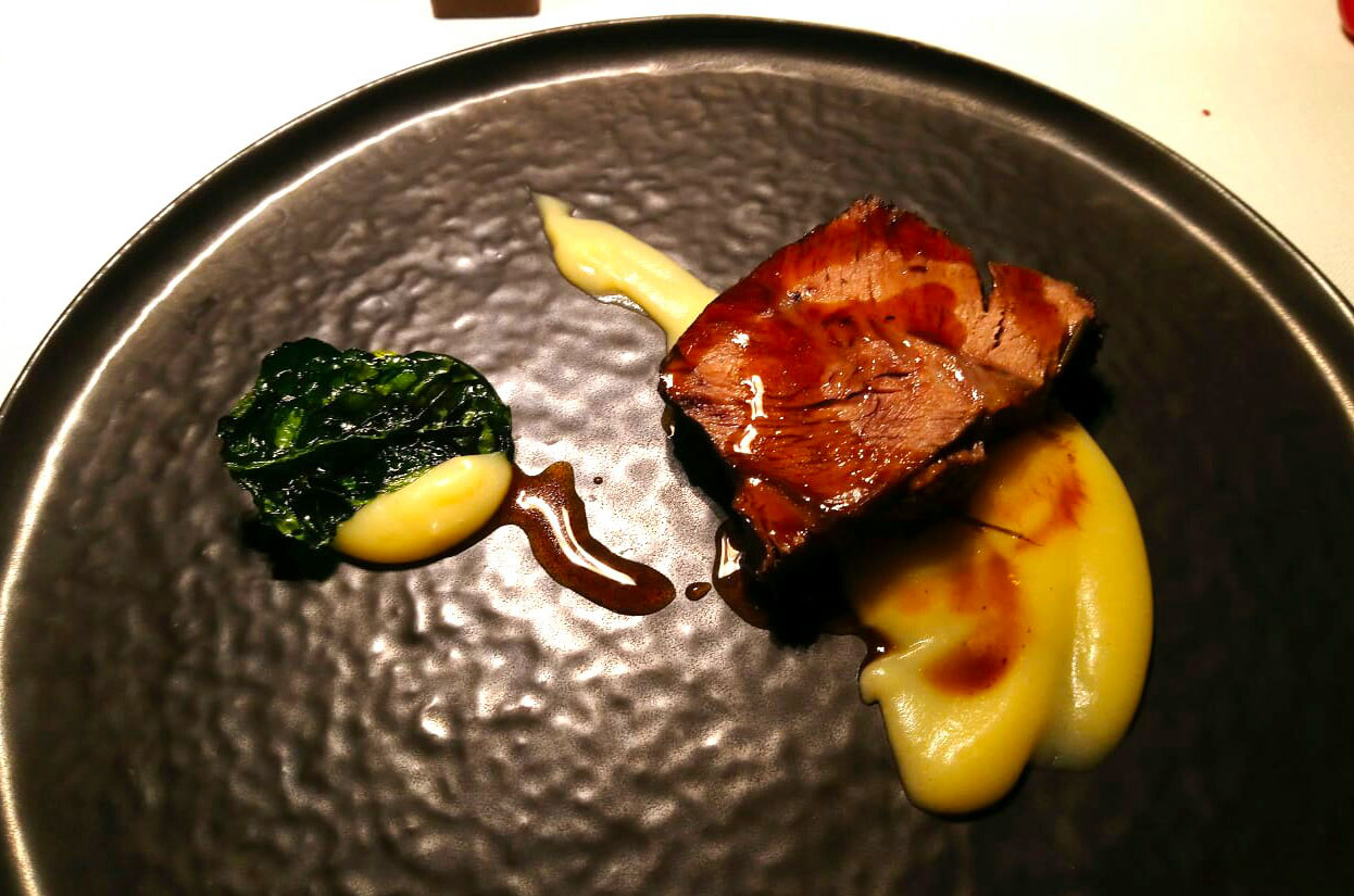Il Brasato di manzo con crema di patate al tartufo, fondo bruno e spinaci vetrificati proposto dallo chef Bartek Zalesky