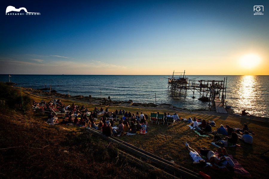 Concerto all'alba davanti al Trabocco Sasso della Cajana (ph. Fabrizio Giammarco per Paesaggi Sonori)