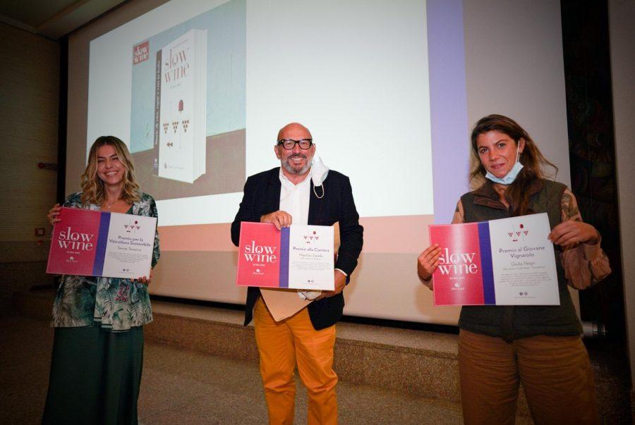 Tra i premiati, Federica Topi (a sinistra), della cantina Tenuta Terraviva a Tortoreto ritira il Premio per la Viticoltura Sostenibile